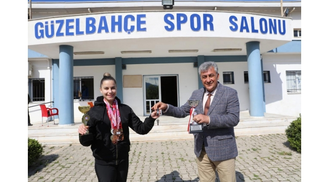 (Foto Galerili Haber) Başkan spor salonunun anahtarını şampiyona teslim etti