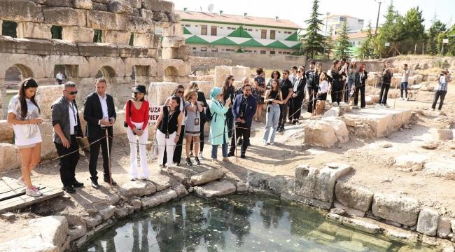 2000 yıllık Tarihi BASELICA THERMA'da Taçlı Güzeller Poz Verdi